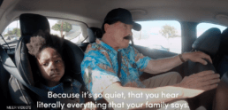Arnold Schwarzenegger achter in auto